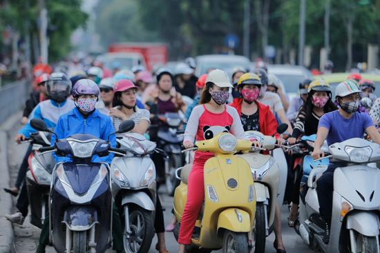 Chỉ có xe máy mới dễ dàng luồn lách qua những ngõ nhỏ, phố nhỏ Hà Nội