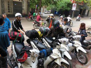 Khách du lịch thuê xe máy vi vu Hà Nội ngày thu