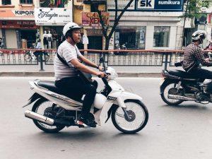 Vi vu ngắm Hà Nội bằng chiếc xe máy