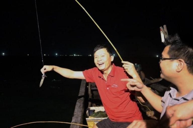 Câu mực đêm trên biển Trà Cổ