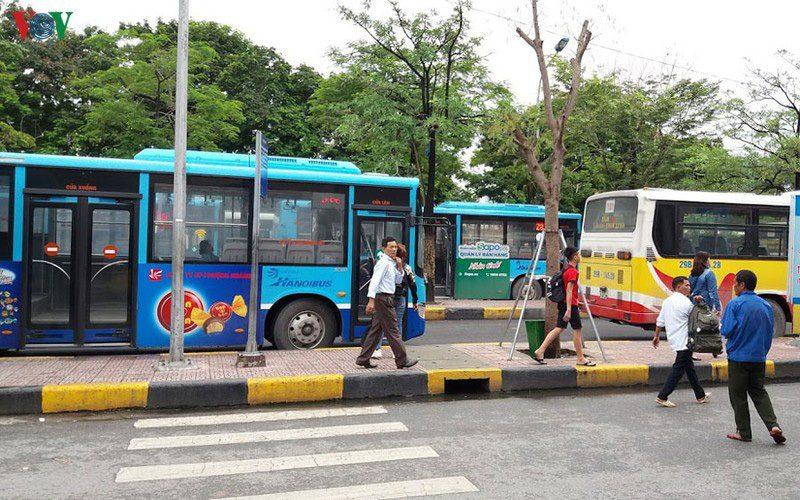 xe bus đi đồng mô