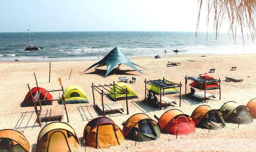 cắm trại ngoài bãi biển
