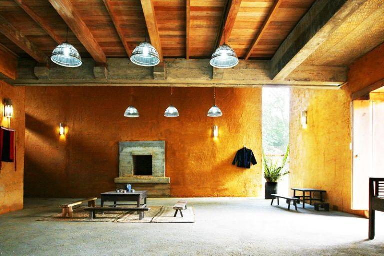 Bản Nậm Đăm, huyện Quản Bạ, Hà Giang là nơi có homestay nổi tiếng Dao Lodge (nhà khách người Dao). Dao Lodge Homestay có nét độc đáo trong thiết kế với mái nhà hình cánh én, biểu tượng của sự tự do, ấm no và hạnh phúc. Vật liệu chính là tre và đất nên rất mát mẻ kể cả khi bạn đi du lịch vào mùa hè.