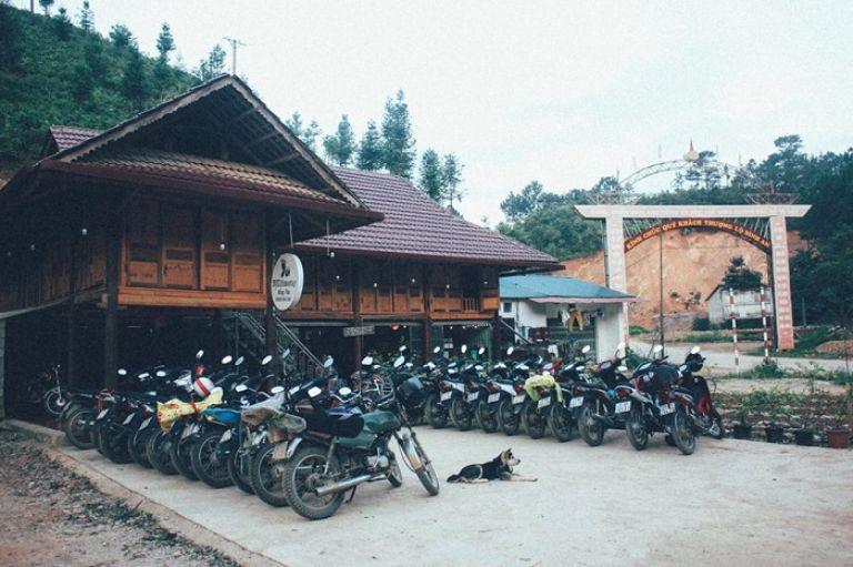 Bụi Homestay Đồng Văn nằm ở cổng chào thị trấn Đồng Văn, ngã ba đi Lũng Cú, Hà Giang. Đến đây bạn sẽ được trải nghiệm sặc sản nhà sàn đơn sơ, giản dị nhưng luôn ngăn nắp và sạch sẽ.