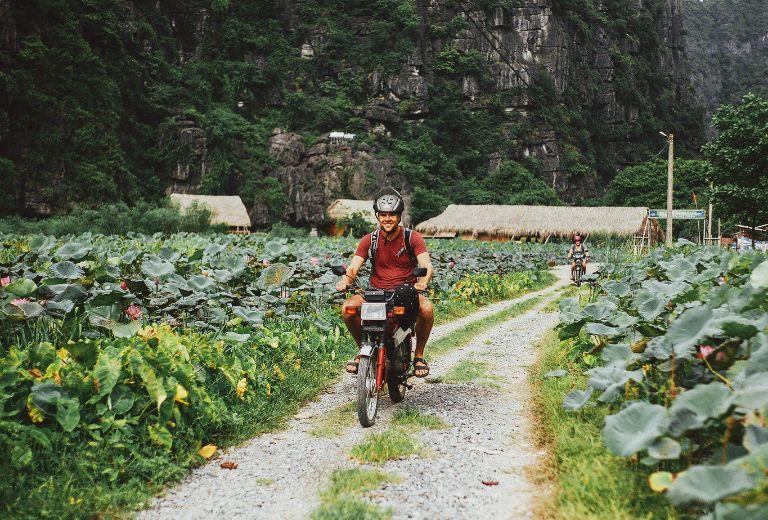 du lịch đến thung lũng bằng xe máy