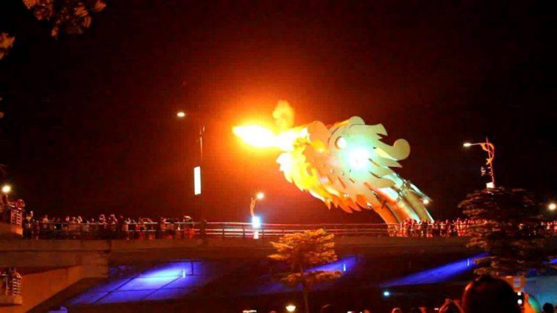 Cầu Rồng Đà Nẵng phun lửa
