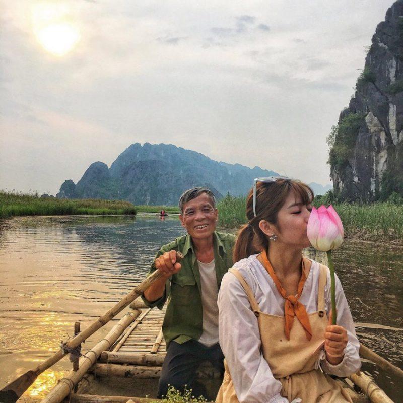 Đi thuyền thưởng ngoạn cảnh sắc Ninh Bình