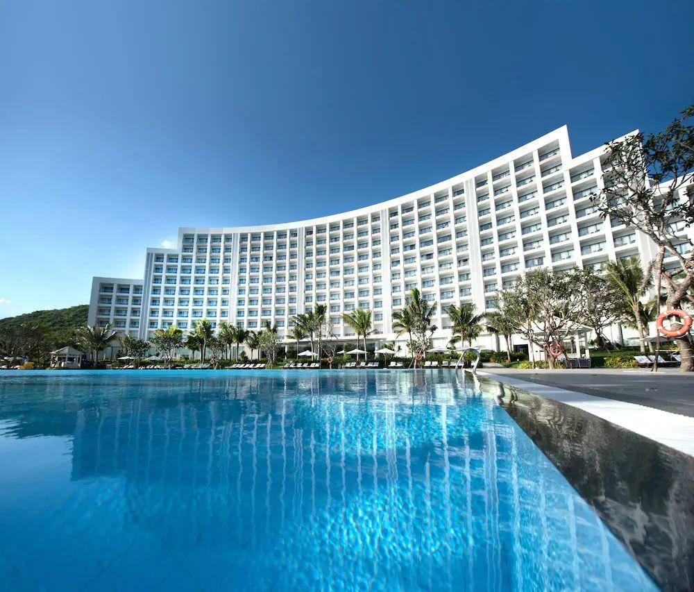 Hồ bơi ngoài trời tại khu Vinpearl Resort & Spa Nha Trang Bay