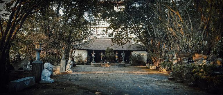 khuôn viên đền thờ ở việt phủ