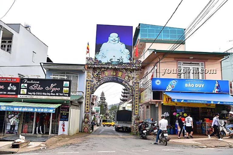 Cổng vào chùa Ve Chai ( chùa Linh Phước )