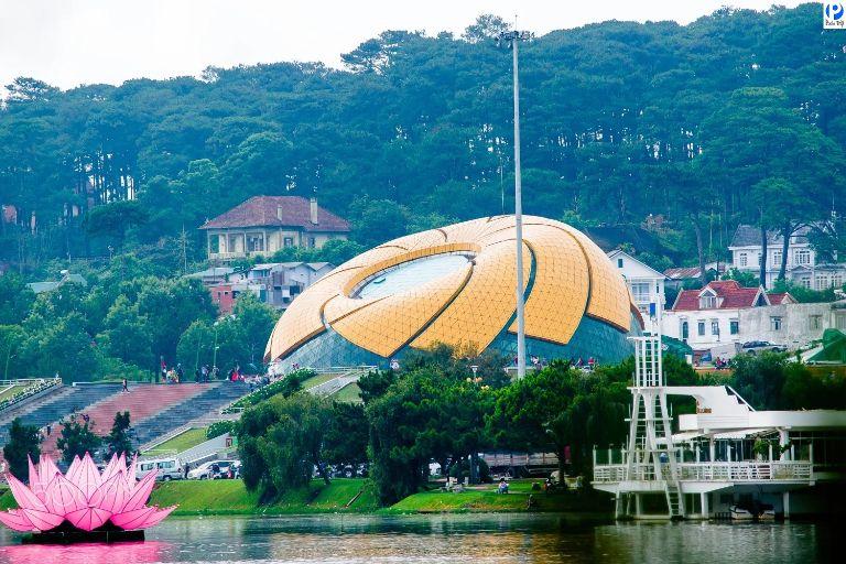 Quảng trường Lâm Viên ngay sát cạnh hồ Xuân Hương