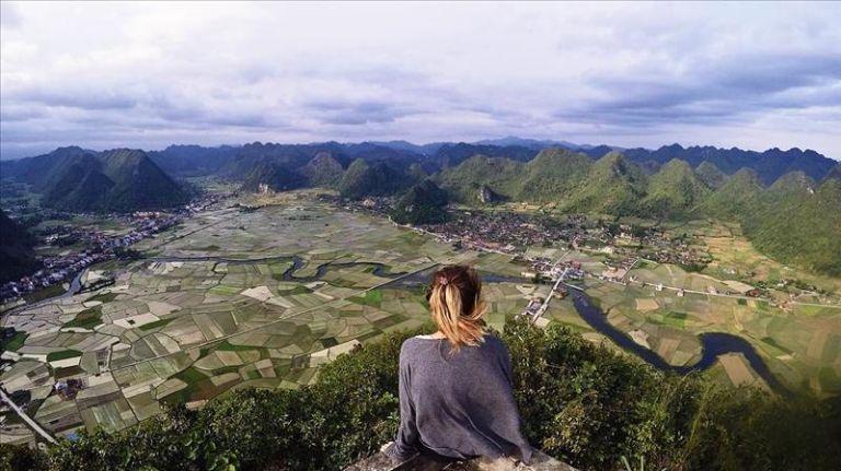 ngắm cảnh ở đỉnh núi Nà Lay