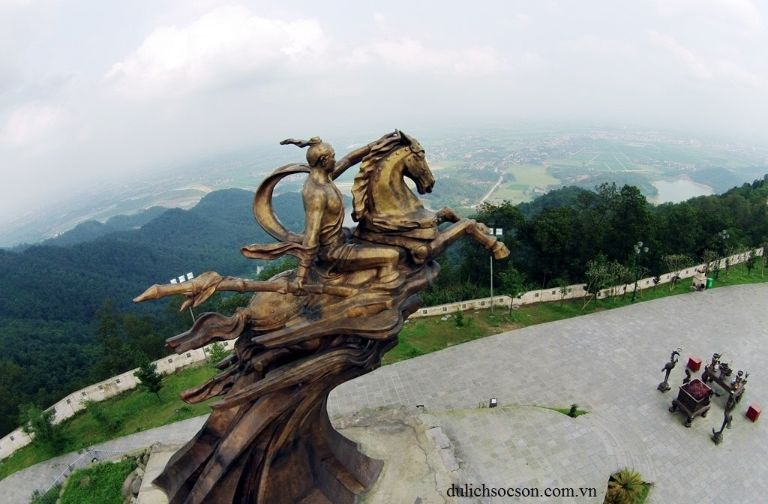 Tượng đền Gióng trên đỉnh núi