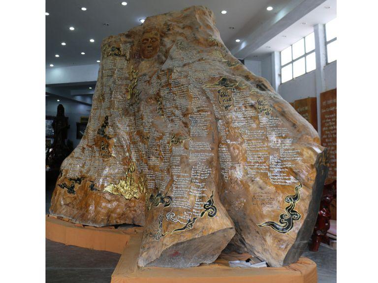 Gốc cây gỗ Trâm chứa bộ kinh pháp lớn nhất Việt Nam
