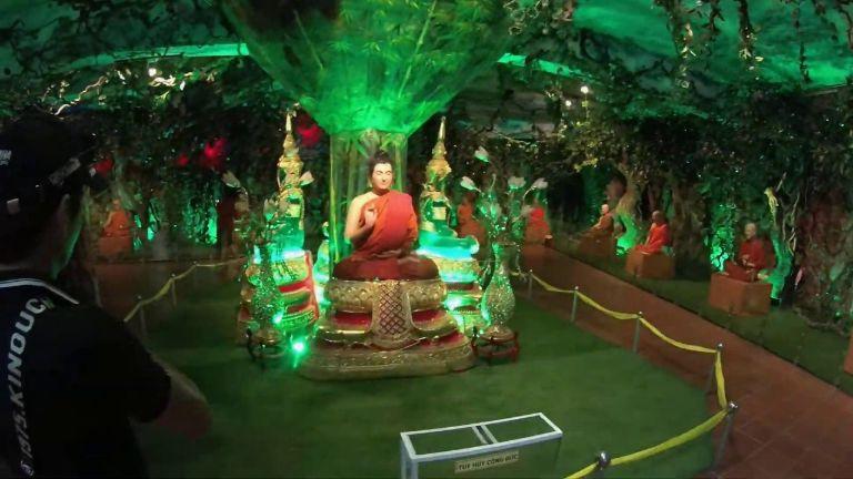 Khu trưng bày tượng sáp của chùa Ve Chai