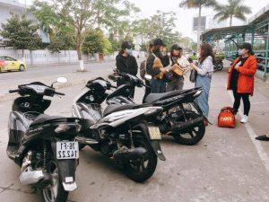 khách hàng thuê xe máy vội vàng