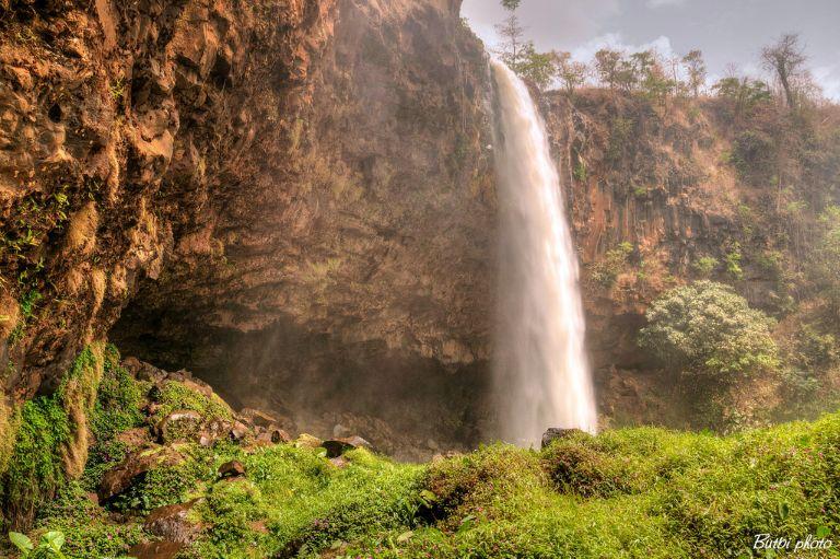 Thác Phu Cương mang vẻ đẹp hoang sơ, quyến rũ và tráng lệ. Con thác này sở hữu độ cao 45m và chảy trên nền nham thạch của ngọn núi lửa đã ngưng hoạt động.