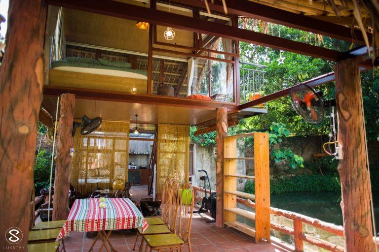 Biệt thự vườn rộng gần 2000 m2 với không gian sống phóng khoáng. Khu nhà trên mặt hồ với 01 phòng ngủ đôi có view trực diện ra mặt hồ thoáng mátvới phòng khách, khu bếp và khu vệ sinh riêng biệt. Điểm đặc biệt của khu nhà phía dưới là chòi câu cá, hồ hoa súng.