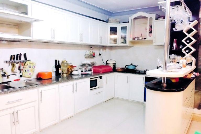 Phòng ốc được dọn dẹp mỗi ngày; không gian bếp rộng và đầy đủ tất cả mọi thứ mà bạn cần cho một bữa ăn ấm cúng. Còn nữa, bạn có thể tự giặt quần áo hoặc sử dụng dịch vụ giặt ủi ở tại đây luôn.
