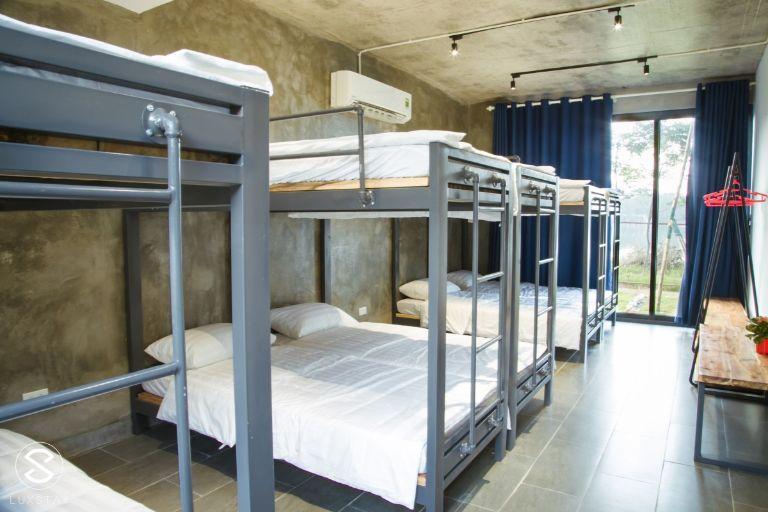 Nếu bạn lựa chọn Villa 14 thì sẽ chỉ có 3 phòng ngủ ( 2 phòng có giường đôivà 1 giường đơn; còn 1phồng sẽ là dorm 8 giường )
