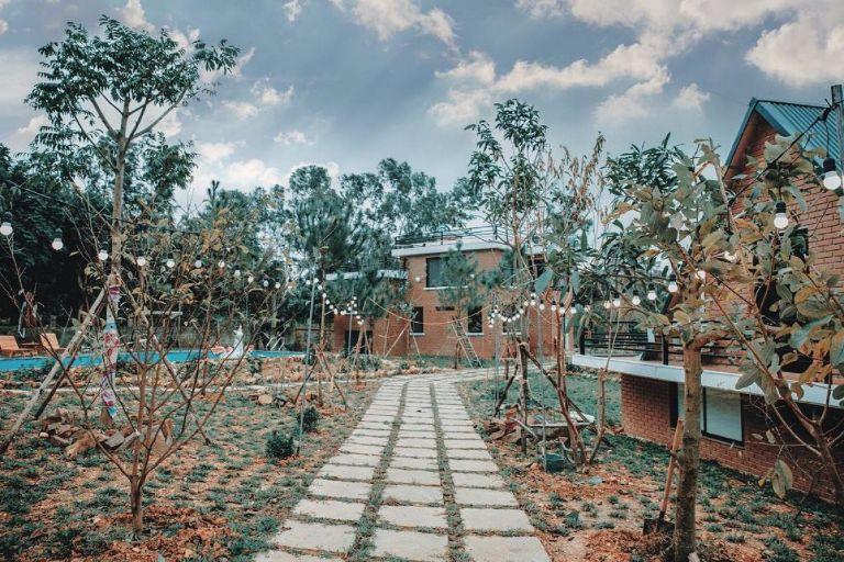 Sóc Sơn Riverside cách Hà Nội khoảng 40 phút lái xe; và có diện tích rộng tới 3000m2. Ở đây có sân vườn rộng rãi, điểm đỗ ô tô và nhiều khung cảnh phù hợp cho chuyến đi dã ngoại.