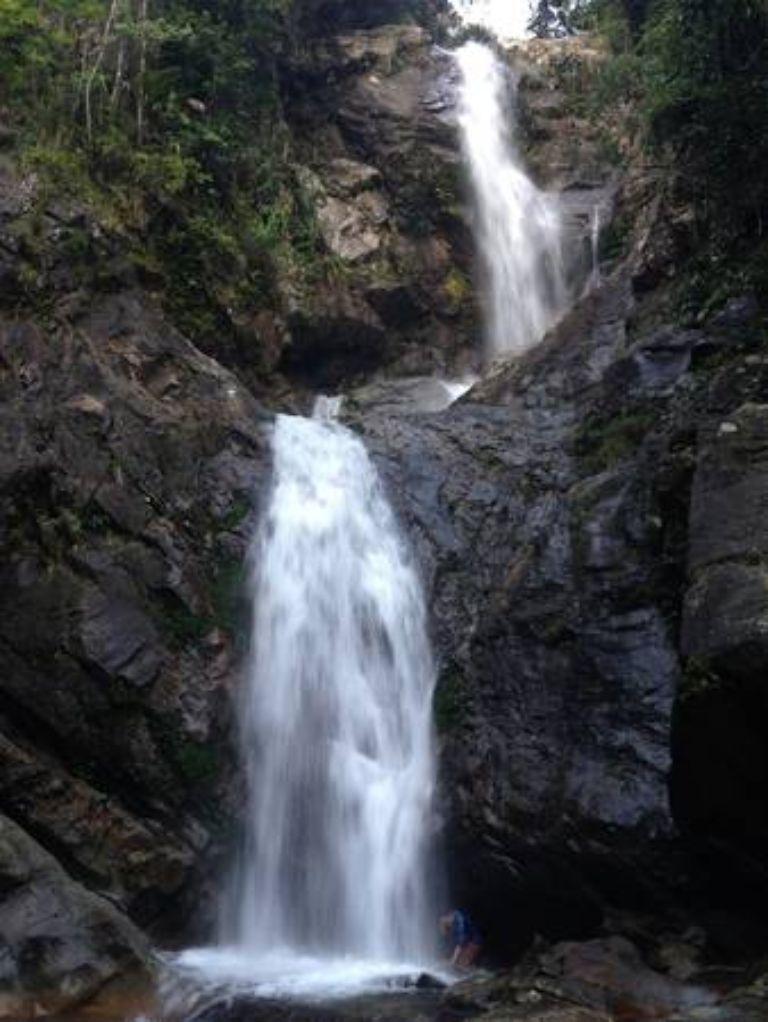 Thác A Nor đẹp lắm, càng đến gần càng thấy được sự kỳ vĩ của nơi này. Con thác cứ như cỗ máy phun sương khổng lồ giữa rừng xanh.