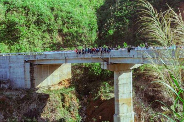 Bạn tìm đường đi ra cây cầu A Vẩu ( tên tên của một anh hùng dân tộc ); đi qua cây cầu sắt này là đến được thác nước của A Nor.