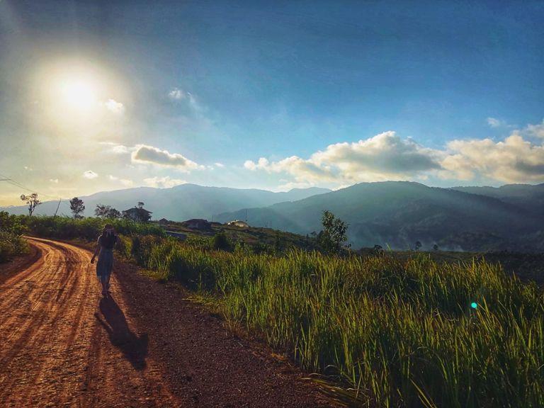 Măng đen không phải là vùng đất rộng lớn, nó nhỏ nhắn nhưng đẹp lắm. Vì được rừng nguyên sinh bao phủ nên không khí ở đây rất tuyệt; những con đường đèo cũng chạy dài trong rừng thông bạt ngàn.