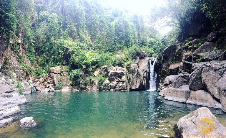 Thác Pú Nhu từ lâu được mệnh danh là dòng thác đẹp nhất của Yên Bái. Du chưa được nhiều khách du lịch biết đến nhưng dù bạn có ở độ tuổi nào; khó tính đến đâu thì khi chạm mặt cũng đều phải trầm trồ bởi cảnh sắc nơi này.
