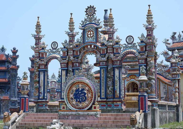 """Đi qua khu vực biển Hàm Rồng bạn sẽ đến làng chài An Bằng - nơi lưu giữ văn hóa độc đáo. Tờ báo Daily Mail của Anh đã từng khen ngợi nơi này là """"một nghĩa trang kỳ lạ, đầy màu sắc và xa hoa"""" hay """" thành phố ma An Bằng """"."""