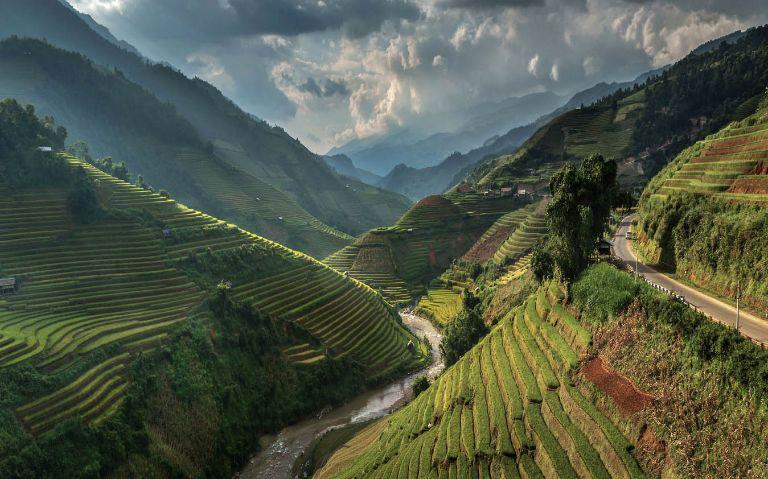 Đèo Khau Phạ là vùng Cao Nguyên bao quanh bởi các dãy núi trùng điệp, đẹp hoang sơ và hùng vĩ. Đồng thời là một trong những đường đèo quanh co và dốc đứng thuộc hàng bậc nhất Việt Nam.