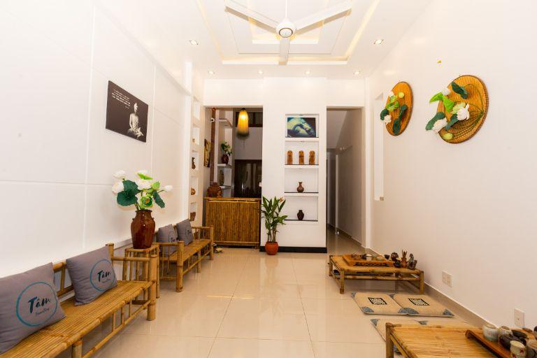 Tâm Homestaynằm giữa khu phố Tây và có vị trí rất thuận tiện cho việc du lịch và vui chơi. Nơi này được trang trí theo phong cách thiền nội thất; các vật liệt trang trí hoàn toàn bằng tre tự nhiên - một trong những biểu tượng văn hóa đặc trưng của người Việt.