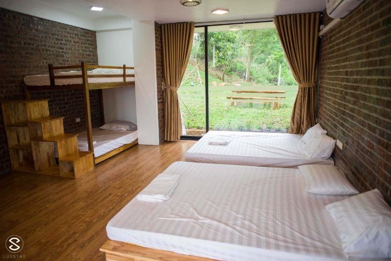 Bạn có thể lựa chọn nhà Big Homie hoặc nhà chòi khi đến đây; cả 2 loại phòng này đều có bể bơi riêng, view ngắm rừng và không gian sống ảo.
