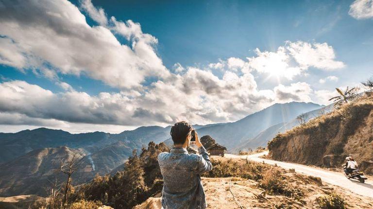 Đỉnh Tà Xùa nằm giữa ranh giới tự nhiên của Yên Bái và Sơn La với ba đỉnh kết nối tạo thành một kì quan kì vĩ đến bất ngờ.