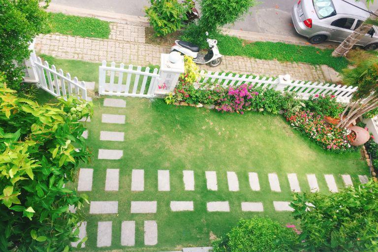 Khuôn viên sân vườn rộng rãi, thoáng mát tại Homestay LyLy Villa
