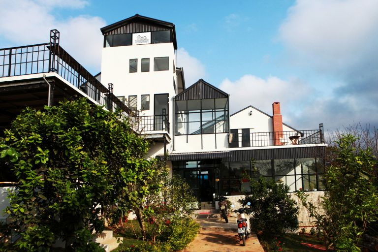 Mộc Châu Cottage là ngôi nhà nông thôn nằm giữa đồi chè quanh. Tất cả các phòng tại đây đều có view ngắm cảnh 360 xung quanh.