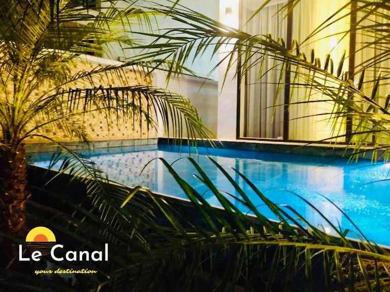 bể bơi ngoài trời rộng rãi tại villa le canal