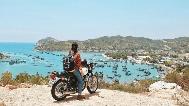 Đường đi đến bãi biển hơi khó nên đi xe máy sẽ tiện hơn