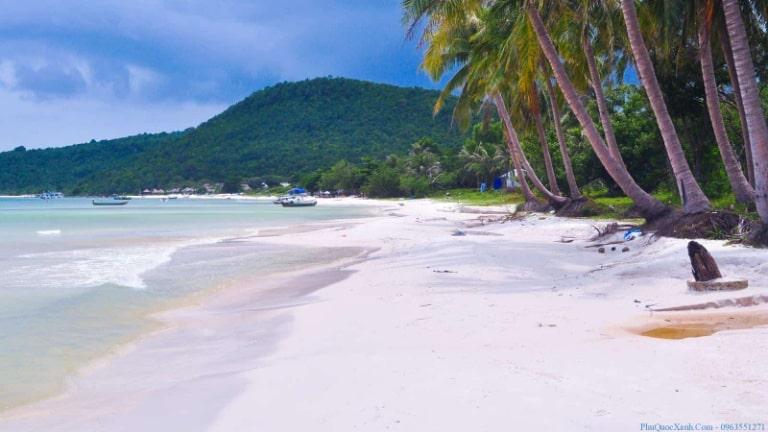 Bờ biển với bãi cát trắng mịn màng
