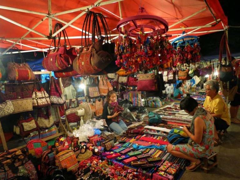 Bạn có thể mua các sản phẩm bán tại chợ đêm ở đảo về làm quà