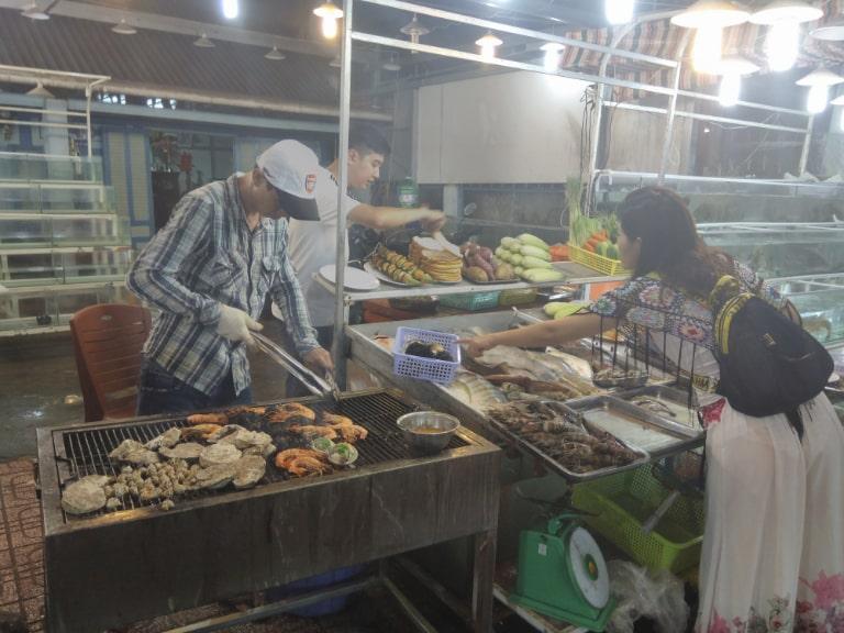 Tham quan chợ một vòng trước khi mua sắm, ăn uống
