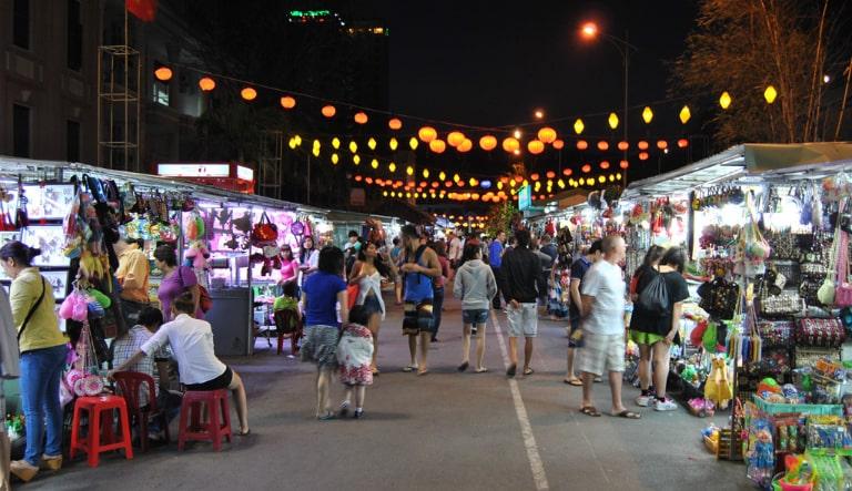 Vì chợ Bạch Đằng nằm ở trung tâm của Phú Quốc nên không khó để di chuyển đến chợ