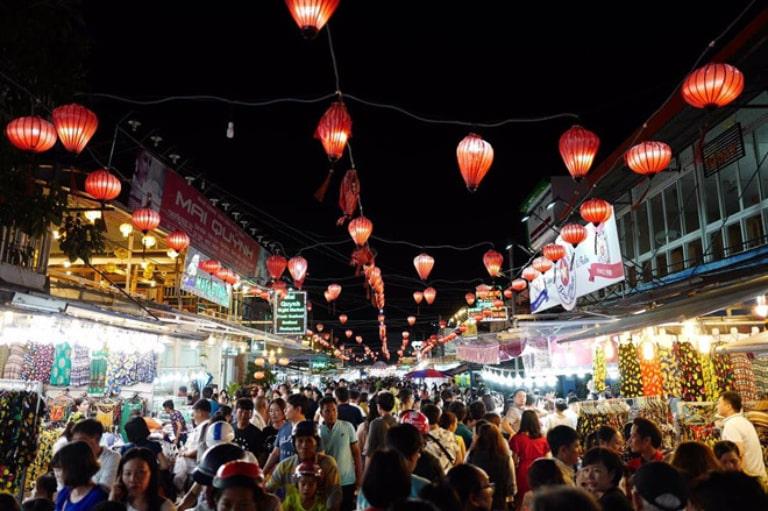 Vào những ngày cuối tuần, chợ đêm tại Phú Quốc rất đông khách