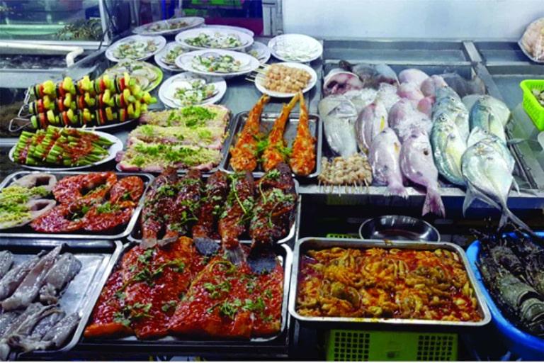 Rất nhiều loại hải sản được bày bán ở chợ đêm đảo Phú Quốc