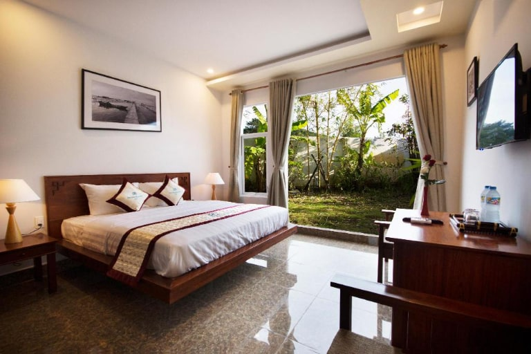 Near the market, there are also many places to stay for you to choose