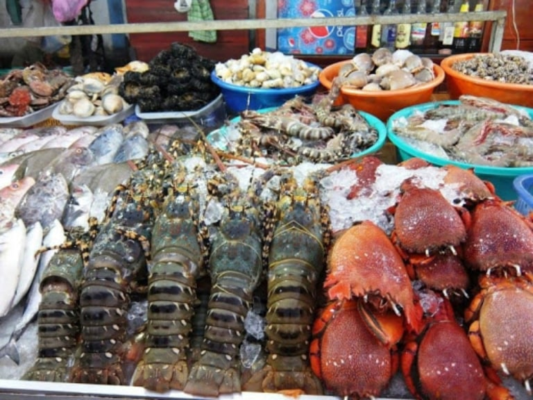 Duong Dong Market is famous for a variety of fresh seafood