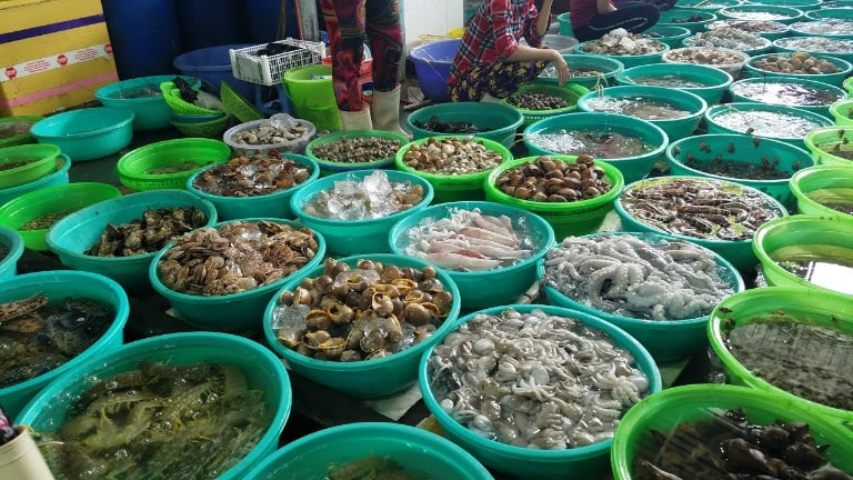 Be a smart consumer when going to the market to buy fresh seafood sản