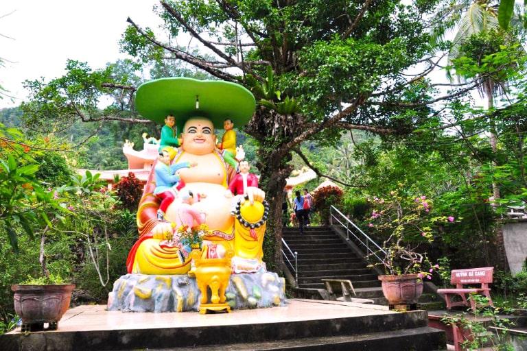 Chùa Sư Muôn là một ngôi chùa rất đông đúc ở hòn đảo xinh đẹp này
