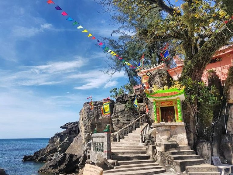 Miếu Dinh Cậu là điểm đến tâm linh của người dân địa phương và du khách