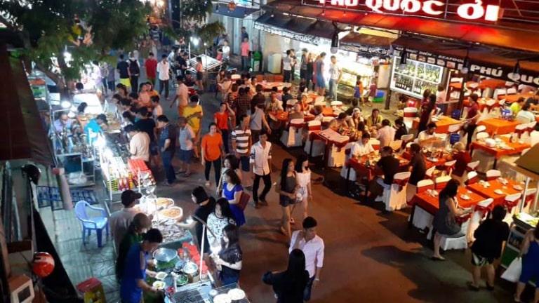 Hàng hòa và sản phẩm ở chợ đêm Dinh Cậu rất đa dạng, phong phú